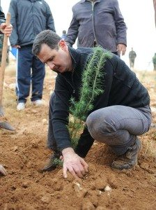 Bashar Al Assad menanam pohon