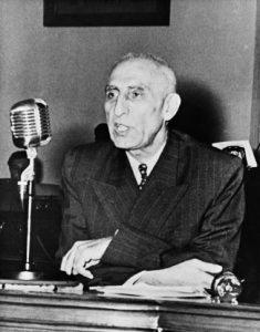 Mosaddeg, Perdana Menteri Iran yang terpilih demokratis, digulingkan oleh CIA