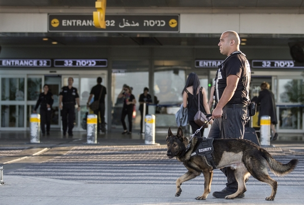 Petugas keamanan Israel membawa anjing ketika mereka berpatroli di pintu masuk bandara Ben Gurion, Tel Aviv  21 Agustus 2014 (AFP)