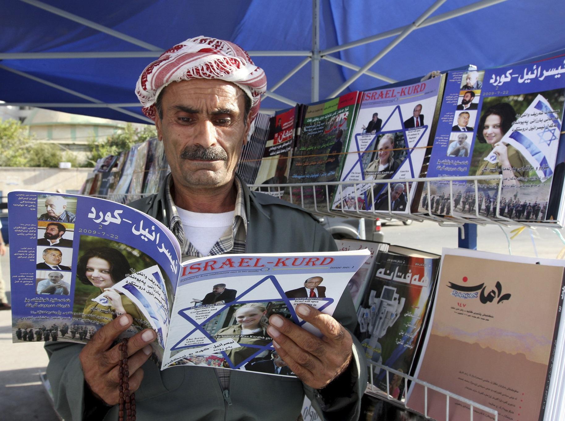 Pria Kurdi membaca majalah Israel-Kurd.