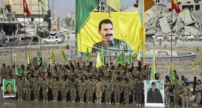 Foto Ochalan dan bendera-bendera yang dikibarkan setelah SDF menguasai Raqqa