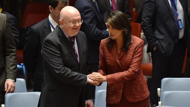 Dubes AS untuk PBB Nikki Haley (kanan) berjabat tangan dengan sejawatnya dari Rusia, Vassily Nebenzia, dalam sidang Dewan Keamanan PBB di New York, 10 April 2018.