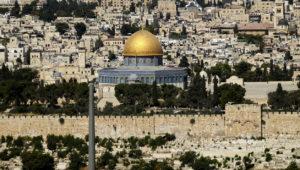 Masjid Kubah Batu di Kompleks Masjid Al Aqsa terlihat di Kota Tua Yerusalem. 15 Juli 2017 (AP/Mahmoud Illean)