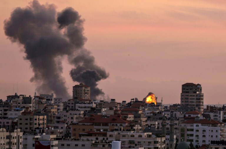 A picture taken on November 29, 2017, shows smoke billowing in Gaza City after Israel's military targeted Hamas posts in Gaza in retaliation to mortar rounds fired from the Palestinian enclave. It was unclear who was responsible for the mortar fire, with a number of militant groups operating in the Gaza Strip, but Israel holds Islamist movement Hamas responsible for all such incidents. / AFP PHOTO / MAHMUD HAMS
